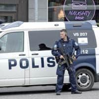 Turku, accoltella diverse persone in piazza. Due morti e almeno sei feriti.