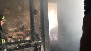 Cosenza, brucia palazzo storico: 3 morti. In cenere libri dal valore inestimabile foto - video