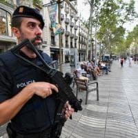 Spagna, caccia all'ultimo terrorista. Governo non innalza livello d'allerta. Catalogna...