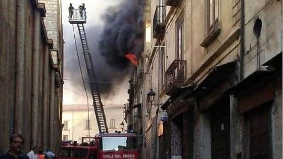 Cosenza, brucia casa nel centro storico: tre persone muoiono intrappolate. Distrutte decine di opere d'arte