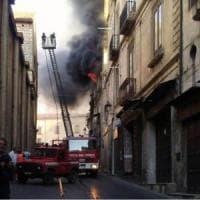 Cosenza, brucia casa nel centro storico: tre persone muoiono intrappolate. Distrutte...