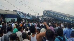 Deraglia treno nell'Uttar Pradesh: almeno 23 morti e oltre 60 feriti