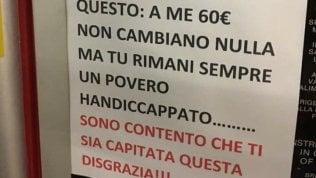 """Multato dai vigili chiamati dal disabile lascia cartello shock: """"Sei un povero handicappato"""""""