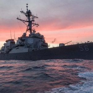 Singapore, incrociatore Usa si scontra con un cargo. Dispersi 10 marinai