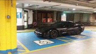 Il parcheggio del bolide non guarda in faccia a nessuno: occupa due posti per disabili