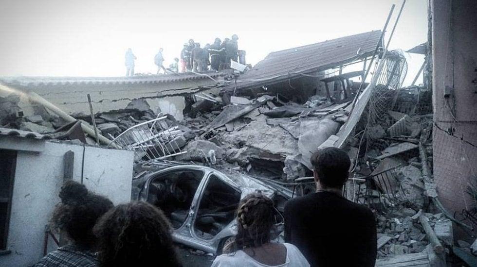 Terremoto a Ischia: due vittime accertate video.Corsa per estrarre 2 bambini: danno loro acqua.In salvo padre (video) e figlio di 7 mesi (video)