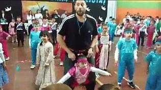 La nobile idea dell'insegnante:così fa ballare l'alunna disabile