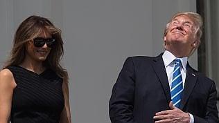 Trump sfida l'eclissi solare:naso all'insù senza occhialini