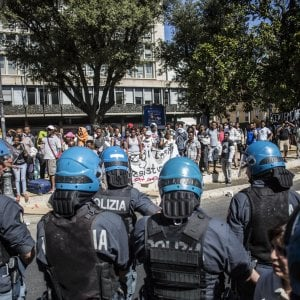 Tensione in piazza Indipendenza a Roma, 800 rifugiati rimangono senza casa