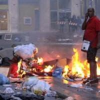 Sgombero migranti in piazza Indipendenza, tensione: bombole gas e sassi contro la polizia