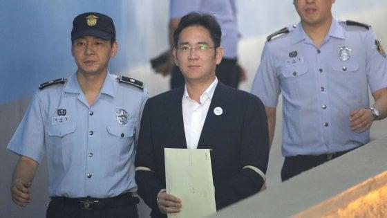 Condannato l'erede dell'impero Samsung: 5 anni a Lee Jae-yong