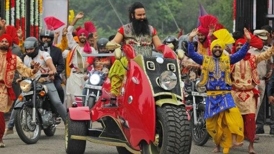 India, condannato il santone induista per lo stupro di due seguaci: almeno 29 morti per le proteste