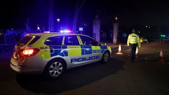 """Londra, uomo armato arrestato fuori da Buckingham Palace. Polizia: """"Aveva una spada lunga un metro"""""""