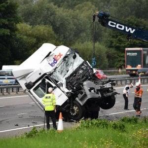 """Gb, scontro in autostrada, otto morti, 4 feriti. Testimone: """"Distrutta una famiglia"""""""