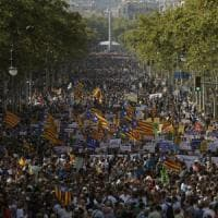 Barcellona, mezzo milione di persone sfilano contro il terrorismo: 'Non ho paura'. Fischiato re Felipe VI
