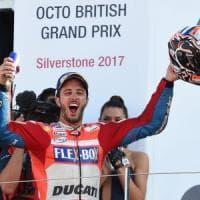 MotoGp, Dovizioso trionfa a Silverstone e torna in testa al mondiale. Rossi terzo, Marquez ko