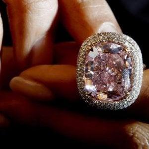 Svizzera, le famiglie del Golfo in crisi di liquidità. Rolex e gioielli in pegno per ottenere contanti