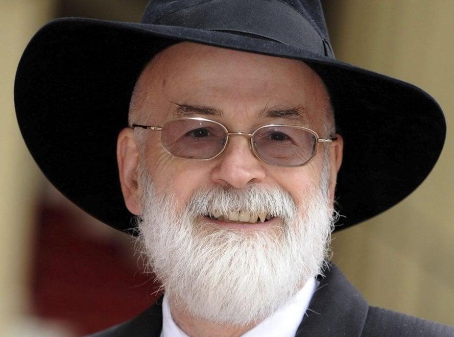 Terry Pratchett, un rullo compressore distrugge i suoi romanzi incompiuti: erano le sue ultime volontà