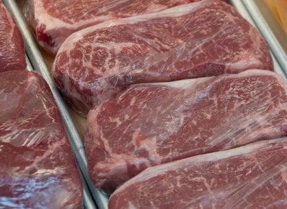 Ecco l'indice che ci dice che in Italia mangiamo meno carne (e ci spiega anche perché)