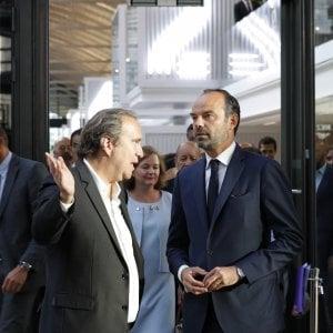 Xavier Niel (sinistra) parla con il primo ministro francese Edouard Philippe (destra) in occasione della presentazione dell'incubatore di start-up Station F di Parigi