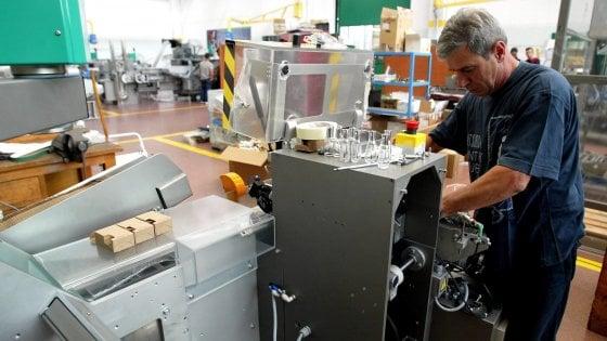 Un operaio metalmeccanico al lavoro in una fabbrica di Bologna