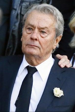 Alain Delon commosso ai funerali di Mireille Darc