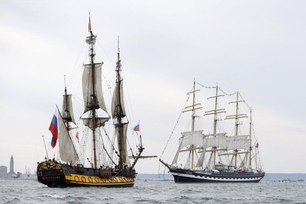 Francia, spettacolo nelle acque di Le Havre: nel porto sflilano i velieri