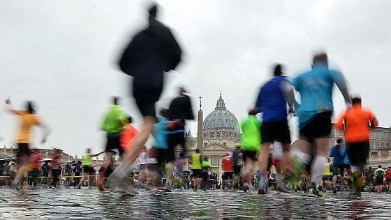"""Dal monsignore alla guardia svizzera, dal custode alla farmacista: ecco i """"maratoneti del Papa"""""""