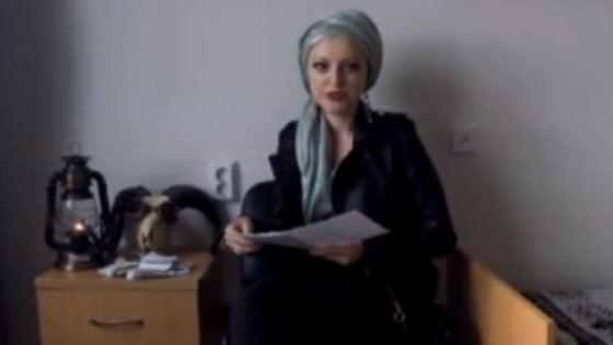 L'insegnante 29enne in uno dei suoi video su Youtube
