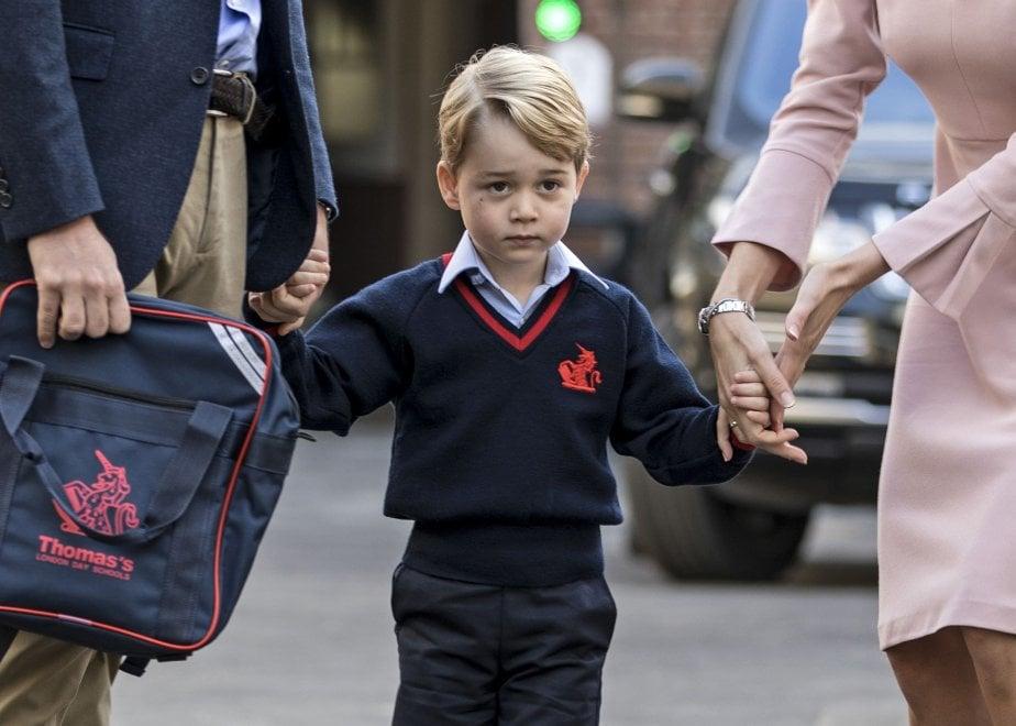 Gb, primo giorno di scuola per il principino George: accompagnato solo dal papà