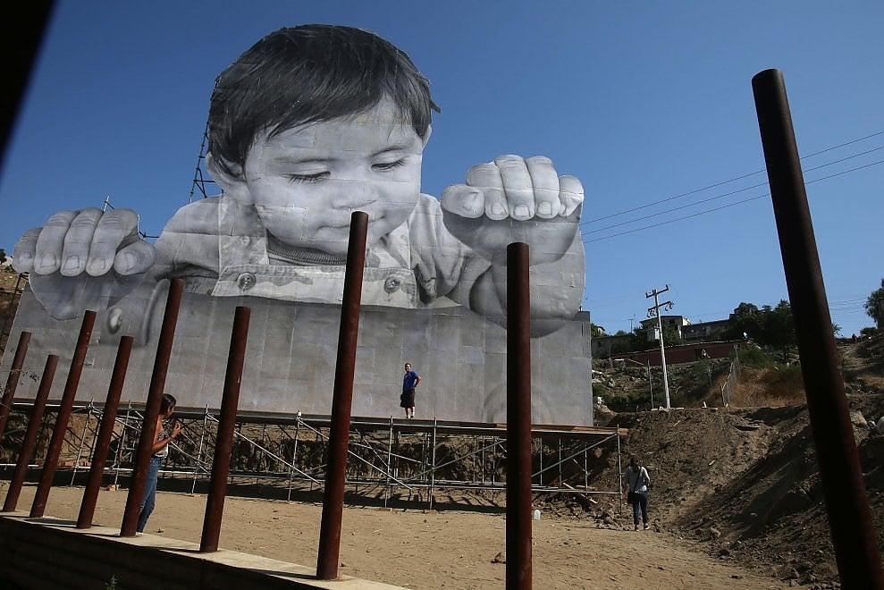 Messico, la foto di Kikito sfida il muro di Trump