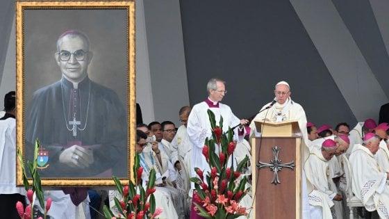 """Papa in Colombia: """"Riconciliazione non sia vendetta"""". Due beati contro odio e violenza"""