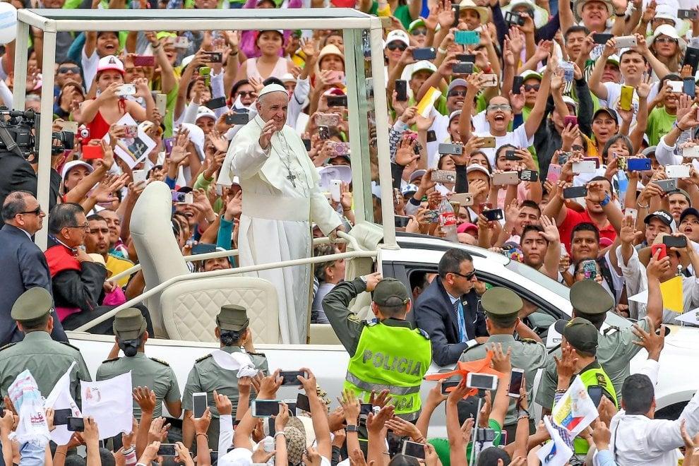 """Colombia, oltre 6mila vittime di violenza incontrano il Papa: """"Riconciliazione non sia vendetta"""""""