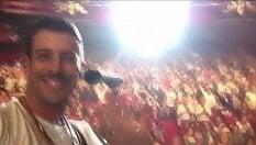 Gabbani torna a Sanremo e si commuove, il video dal palco