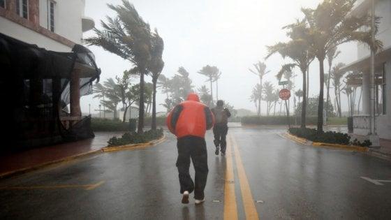 L'uragano Irma è in Florida, 3,3 milioni di utenze senza elettricità. Prime vittime e inondazioni a Miami