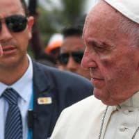 Colombia, Francesco si ferisce sulla papamobile. E chiede soluzione non