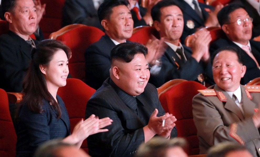 Corea del Nord, Kim Jong-un a cena con gli scienziati nucleari. Al suo fianco anche la moglie Ri Sol-Ju
