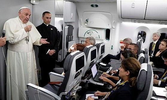 """Migranti, papa Francesco: """"Riceverli, integrarli ma anche fermarli se i numeri divengono insostenibili"""""""