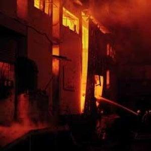 Pakistan, il ricordo di quei 250 operai tessili morti nell'incendio della Ali Enterprises