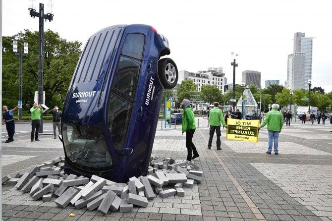 Greenpeace, la protesta al salone di Francoforte