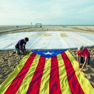 """Catalogna, la Consulta sospende la legge di """"scissione"""". E la Procura di Madrid ordina il sequestro delle urne"""