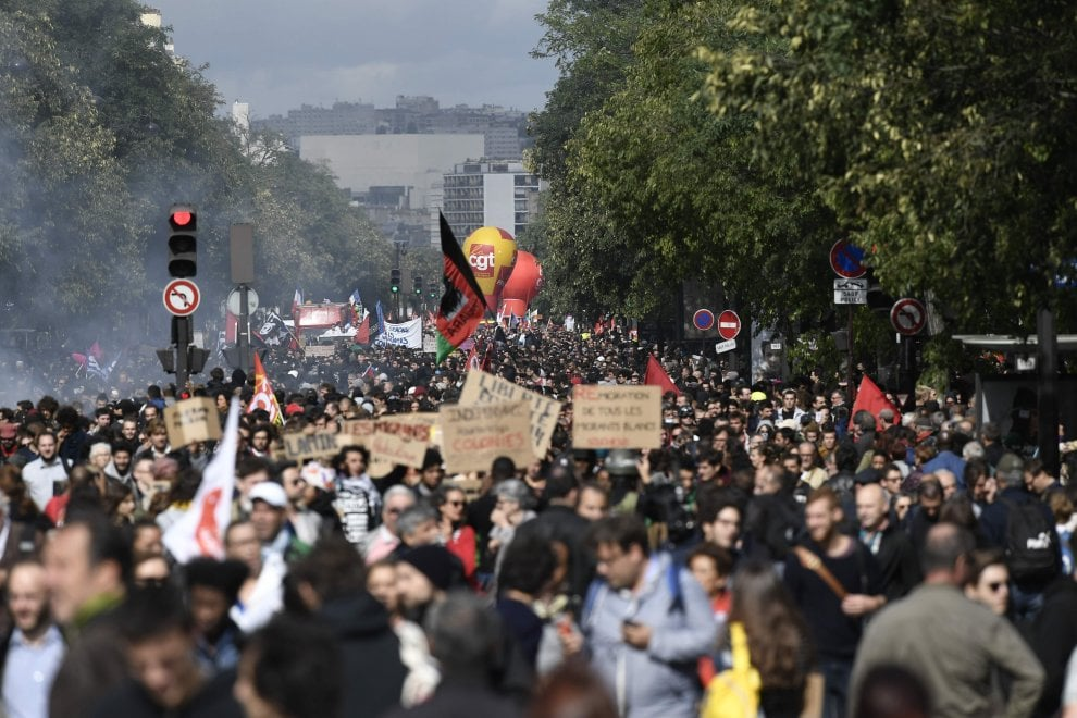 """Francia, """"fannulloni in piazza"""" contro la riforma del lavoro: in 400 mila nel paese nei primi cortei anti-Macron"""