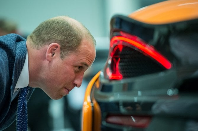 Il principe William in visita alla McLaren, amore per le supercar