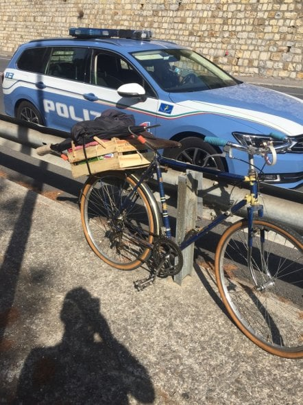 Ciclista in autostrada a Imperia fermato dalla Stradale: voleva raggiungere Roma
