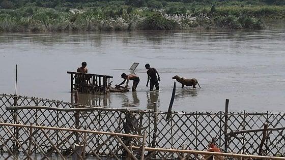 India, barcone si rovescia nel fiume Yamuna: almeno 20 morti