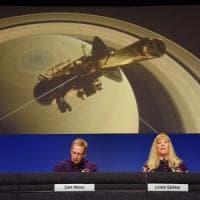 L'ultimo tuffo di Cassini, fine della missione. Sparirà tra le nubi di Saturno