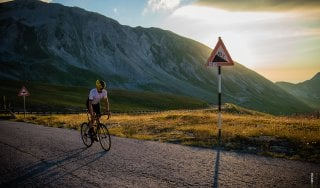 La sfida di Omar Di Felice, 3500 km no stop sulle strade d'Italia