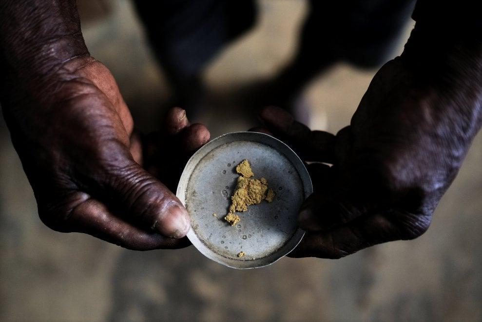 Brasile, nelle miniere illegali dell'Amazzonia: viaggio tra i cercatori d'oro