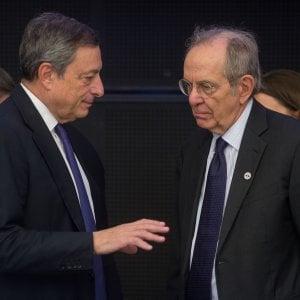 Il ministro Padoan (destra) a colloquio col governatore Bce Draghi, presente a Tallinn