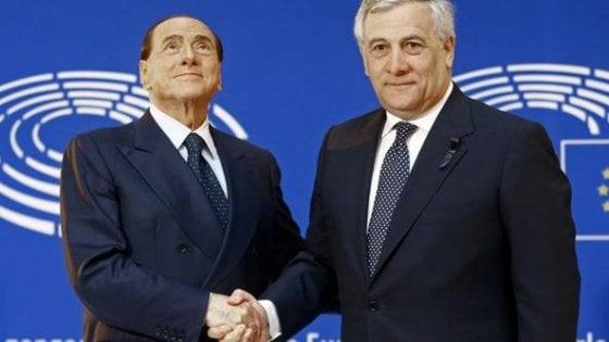 """Fi, Berlusconi sul palco di Fiuggi. Coro dalla platea: """"Un presidente, c'è solo un presidente"""""""